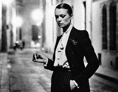 Noen ganger kunne man bare tenke seg å spasere molefunkent rundt i Paris´ bakgater, ikledd herre dress og røyke (selv om man ikke røyker). Såfremt det blir foreviget av Helmut Newton that is..