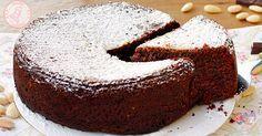 la torta caprese sembrerebbe una classica torta al cioccolato e mandorle ma dentro rimane umida e golosissima. Facile da preparare.