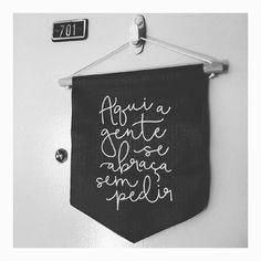 #Repost Fotinha postada pela @ana_alberton com nossa Bandeirinha linda na porta de casa.  Obrigado por compartilhar conosco, querida. Adoramos!  Beijos.     #DivirtaSeDecorando #adesivosdeparede #adesivodeparede #parede #adesivodecorativo #decor #decoração #designdeinteriores #decorefacil #ideiascriativas #casamento #instagood #instadecor #apartamento #facavocemesmo #ideiasdecoracao #cantinho #bandeirinha #flamula #frases #mensagemdodia #inspiracao #mensagens #goodvibes #homeoffice #homed...