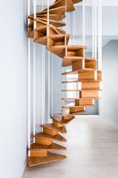 un escalier colimaçon moderne et flottant en bois