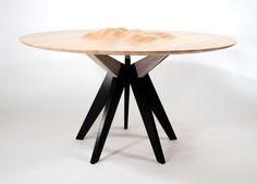Le designer américain, Tyson Atwell, a réalisé cette table à manger dans le cadre d'un projet de travail sur le thème de la sculpture de formes d'ondes océaniques sur des surfaces en bois planes à l'aide d'un routeur CNC. Ces ondulations au centre de la table apporte de la matière à l'ensemble et une esthétique originale.