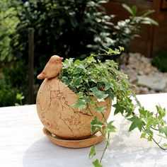 Květináč béžový skořepina s ptáčkem / od Bédina   Fler.cz Planter Pots, Clay, Bird, Creta, Gardening, Clays, Birds, Lawn And Garden, Modeling Dough