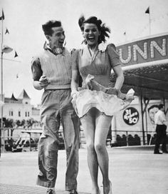 Enjoy the history in these vintage pictures 🙂. Photo Vintage, Vintage Love, Vintage Beauty, Retro Vintage, Vintage Pictures, Old Pictures, Vintage Images, Old Photos, Couples Vintage