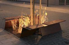 Banken gecombineerd met groen en lichtjes.Maakt het plein gezelliger en het is leuk om er op te zitten. ( Joost )