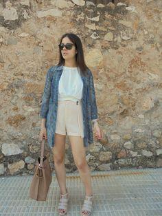 MAXY BLUSA COMO KIMONO - Temporada: Primavera-Verano - Tags: casual, - Descripción: Utilizar una maxy blusa como kimono y combinarla con crop top blanco y shorts beige. #FashionOlé