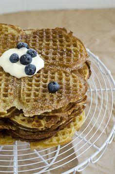 Enjoy: Crispy and juicy scandinavian waffles Norwegian Waffles, Belgian Waffles, Waffle House, Scandinavian Food, Vanilla Sugar, Waffle Iron, Sour Cream, Vegan Recipes, Treats
