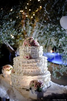 Torta nuziale a piani ruffle cake #matrimonio #nozze #sposi #sposa #torta #tortanuziale #wedding #weddingcake #ricevimento