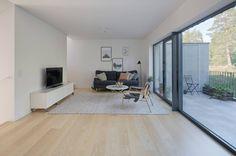 O projeto fica em Estocolmo, na Suécia, na borda de uma reserva natural. Todos os ambientes da casa interagem, de alguma forma, com o exterior exuberante