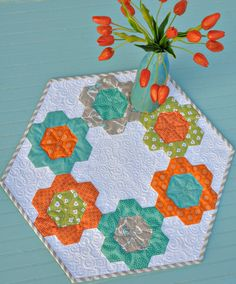 Trends and Traditions, Anka's Treasures. some adj orange tulips 600 Hexagon Patchwork, Hexagon Pattern, Hexagon Quilting, Quilting Projects, Quilting Designs, Sewing Projects, Table Runner And Placemats, Quilted Table Runners, Small Quilts