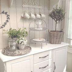 * Farmhouse Style, Farmhouse Decor, French Cottage Decor, Norwegian House, Cottage Kitchens, Shabby Chic Style, Table Centerpieces, Decor Styles, Floral Arrangements