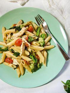 Οι κλασικές πένες και τα πιο καθημερινά υλικά οργανώνουν μια γρήγορη, υγιεινή, γευστικότατη ιταλική μακαρονάδα. Με ζουμερό κοτόπουλο, φουντωτό μπρόκολο, λαμπερά ντοματίνια, φρέσκο σπανάκι και μοτσαρέλα. Penne, Pasta Salad, Ethnic Recipes, Food, Crab Pasta Salad, Essen, Meals, Yemek, Pens