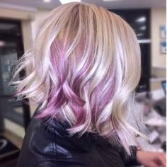 The purple pearl shine that comes as a balayage on the short blonde hair adds luminosity to the whole haircut. the subtle waves shiny differently under Purple Blonde Hair, Purple Balayage, Blonde Balayage, Ombre Hair, Icy Blonde, Thin Hair Haircuts, Short Hair Cuts, Bob Hairstyles, Short Hair Styles