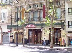 Éste es el Café Tortoni. Es muy viejo y puedes comprar café muy bueno.