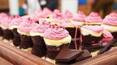 Vidunderlige retrocupcakes, der leder tankerne hen på trefarvet is med smag af chokolade, vanilje og hindbær. Velegenet til både børn og voksne.