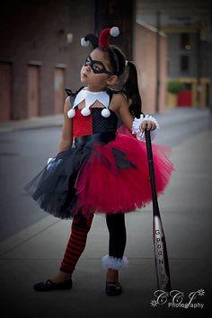 «Super-héros inspiré Collection»... Harley Quinn inspiré Tutu Dress Set comprend: -robe -collier -casque -poignets de ruban Jupe est composée de 4 couches de rouge et noir de qualité fabriquée à la main de tulle USA attaché sur un corsage rouge et noir et agrémenté de cousu à