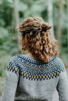 Tígull Ravelry: Tígull pattern by Verena Cohrs<br> Pay What Works: Aiming to balance fair and sustainable designer Crochet Cardigan Pattern, Sweater Knitting Patterns, Knitting Designs, Knit Crochet, Crochet Patterns, Knitting Sweaters, Halloween Makeup Anleitung, Ravelry, Fair Isle Knitting