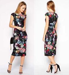 Vestido confeccionado em tecido de poliéster, de modelo midi (comprimento abaixo do joelho), estampa floral em fundo preto e fechamento…