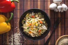 La quinoa con verdure è un piatto vegetariano ricco e facile da preparare, con zucchine, peperoni e funghi saltat: diventa anche un ottimo contorno!