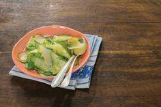 Salada de abobrinha com salsinha e lascas de parmesão | #ReceitaPanelinha: A jato, contemporânea, saborosa. Tá bom, né? Em vez de salsinha, use manjericão. Gosta de coentro, de hortelã? Também pode usar. Se você tem uma hortinha em casa, pode colocar todas essas ervas!