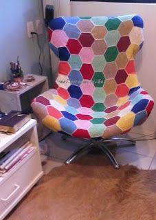 cadeira revestida de hexágonos de crochê