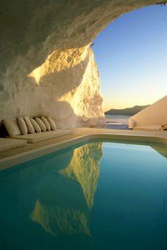 Отель с бассейном в пещере.