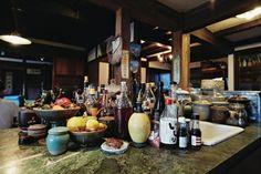キッチンのアイランドは小さなシンク付き。広々としたスペースがあるので、調味料などもたくさん置ける。 Asian Kitchen, Hiroshima, Table Settings, Sweet Home, House Design, Japanese, Table Decorations, Interior, People