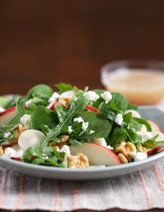 Creamy goat cheese and crisp apple pair perfectly with tender Fresh Express Spinach & Arugula greens. Toasted walnuts give it a deep, nutty finish. Apple Vinaigrette Recipes, Apple Salad Recipes, Salad Recipes Video, Salad Recipes For Dinner, Healthy Salad Recipes, Eat Healthy, Sin Gluten, Gluten Free, Quinoa