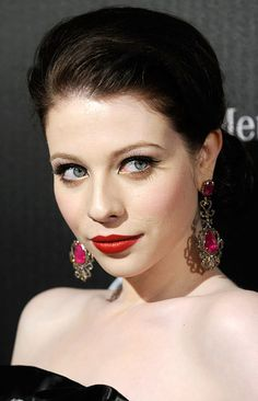Omg I am obsessed with Michelle Trachtenberg's PERFECT PALE skin!!