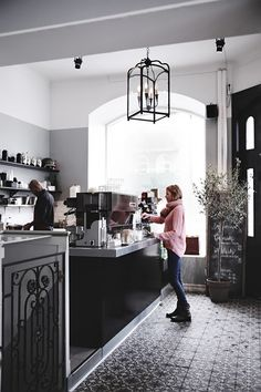 A cafe in the middle of a French district with the most delicious flooring pattern! Design Café, Cafe Design, Store Design, Cafe Bistro, Cafe Bar, Cafe Restaurant, Restaurant Design, Coffee Shop Design, My Coffee Shop