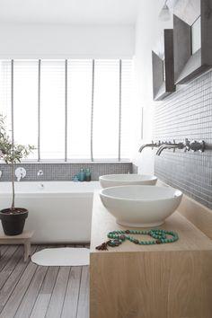 Badkamer met houten wastafel en mozaiek