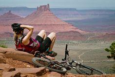 girls and bikes Riding Mountain, Mountain Bike Trails, Mtb Trails, Mountain Bicycle, Montague Bike, Bike Pic, Bike Poster, Bicycle Girl, Bike Style