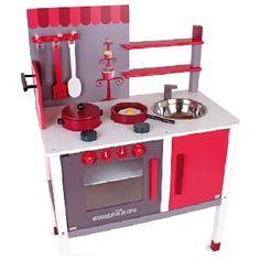 Cucina in legno  Deliziosa cucina in legno col fucsia, bianco e grigio. È provvista di forno, piano cottura e lavandino e armadietto. La confezione comprende 8 accessori ( 1 Cucchiaio, 1 forchetta, 1 spatola, 1 pentola, 1 padella, 1 uovo fritto, 1 coperchio e 1 uanto da forno)  Dimensioni 50cm x 30cm x 78cm  Marca: Eurekakids by Janod