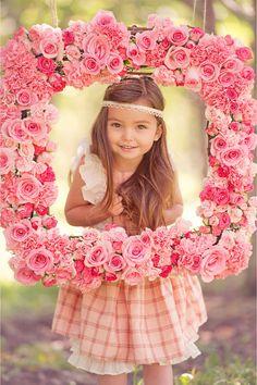"""Вместе с первым кокетством, загадкой в улыбке эти романтичные оттенки и как-будто незамысловатые узоры из новой коллекции Persnickety """"Яблоня в цвету"""" наполнят летние дни вашей дочки особым праздничным настроением, которое она непременно запомнит."""