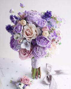 夢幻的紫 purple lovers 如果你喜歡紫,你應該會喜歡這款,超多唔同顏色的紫,好多不同花種,我覺得好鬼靚! 少少超淡的粉紅點綴,唔多,但剛好點綴的花球的層次。 #flower #florist #flowershop #bouquet #bridebouquet…