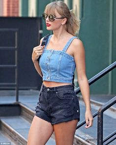 "Taylor Swift plays in NYC with flirty short shorts by Blue Jean Crop Top - Tear it up in Ksubi denim shorts like Taylor Swift # Daily mail Click ""Visit"" to buy now - Taylor Swift Hot, Style Taylor Swift, Taylor Swift Red Lipstick, Taylor Swift Hair Color, Taylor Taylor, Live Taylor, Crop Top With Jeans, Cropped Jeans, Denim Shorts"