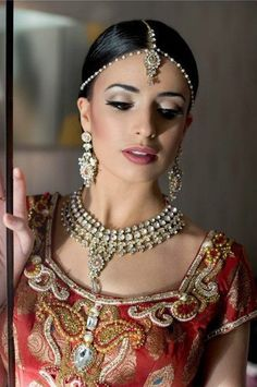 Ideas For Simple Bridal Makeup Natural Indian Indian Bridal Makeup, Indian Wedding Jewelry, Asian Bridal, Bridal Beauty, Bridal Jewelry, Gold Jewelry, Bridal Looks, Bridal Style, Simple Bridal Makeup