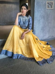 Kleider Rock Herbst – Oh, les rues de France! Lehenga Choli Designs, Indian Attire, Indian Wear, Indian Dresses, Indian Outfits, Garba Dress, Indie Mode, Ghaghra Choli, Indian Designer Suits