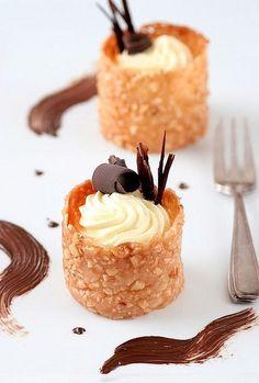 Crujiente de almendras, crema de chocolate blanco y adorno en chocolate negro.