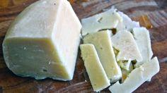Forma e scagli di formaggio di fossa di Sogliano al Rubicone. http://winedharma.com/it/vitigno/formaggio-di-fossa-di-sogliano-al-rubicone