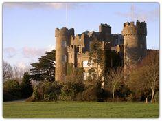 Castillos de Irlanda. Castillo de Malahide. Muy cerca de Dublín. La familia Talbot fueron los inquilinos (1185-1973)cuando murió el último descendiente de esta larga estirpe. Es el castillo medieval más antiguo de Irlanda. Su estructura sufrió varias modificaciones a los largos de los años, manteniendo su encanto mas 5 fantasmas, o eso dicen.La historia irlandesa, está muy ligada a las leyendas celtas donde los fantasmas rondan todos los mitos.
