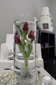 delizioso centrotavola con tulipani in cilindro e candele