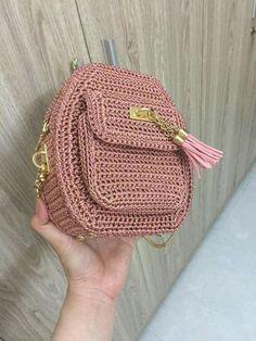 Marvelous Crochet A Shell Stitch Purse Bag Ideas. Wonderful Crochet A Shell Stitch Purse Bag Ideas. Crotchet Bags, Bag Crochet, Crochet Handbags, Crochet Purses, Knitted Bags, Crochet Crafts, Crochet Bag Tutorials, Crochet Videos, Crochet Backpack Pattern