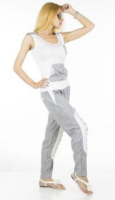 Trening Dama Mixed Colors  -Trening dama  -Model compus din pantalon si bluza tip maiou, ce cade usor pe corp si poate fi purtat cu usurinta.  -Detaliu strasuri multicolore, taieturi moderne in partea din fata a pantalonului     Lungime pantalon: 88cm  Talie pantalon: 37cm  Lungime bluza: 63cm  Talie bluza: 35cm  Compozitie: 50%Bumbac, 50%In