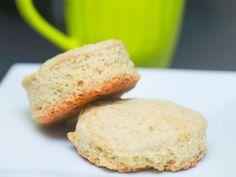 Scones o Bisquets  2 tazas de harina sin preparar 3 cucharaditas de polvo para hornear 2 cucharadas de azúcar 1 cucharadita de sal 1/3 de taza de aceite vegetal 2/3 de taza de leche