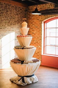 So elegant and sophisticated wedding cupcake display Cupcake Table, Cupcake Display, Cupcake Cakes, Cupcake Favors, Cupcake Tower Wedding, Wedding Cakes With Cupcakes, Dessert Buffet, Dessert Bars, Food Set Up
