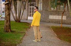 Blazer: Zara/ Calça: Zara/ Camiseta: Asos/ Óculos: Ray Ban/ Alpargata: Caio Braz/ Bolsa: Burberry/ Relógio: Nixon