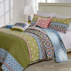 Enjoy a Retro bohemian style bedroom decor with this unique colorful pattern Cotton quilted coverlet bedding set. This luxury multicolor bedding features all kind of mosaics, kaleidoscopes and circles motifs in a splash of Bright and Vibrant colors. Bohemian Quilt, Bohemian Style Bedrooms, Quilt Sets Queen, Coverlet Bedding, Small House Decorating, Green Quilt, Quilted Bedspreads, Stylish Bedroom, Bedroom Decor