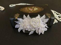 Accesorios cabello novia, pedazo de cabeza de novia, blanco con encaje, perlas, peine de alarastore en Etsy https://www.etsy.com/es/listing/236607937/accesorios-cabello-novia-pedazo-de