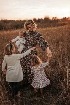Family Photography Outfits, Outdoor Family Photography, Outdoor Family Photos, Fall Family Picture Outfits, Fall Family Pictures, Family Picture Poses, Sunset Family Photos, Family Maternity Photos, Fall Family Portraits