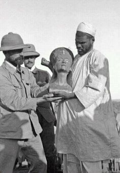 The discovery of Nefertiti in Tell el-Amarna Between 1911 and excavations on behalf of the German Orient Society (Deutsche Orient-Gesellschaft - DOG) took place in the Egyptian city of Tell el-Amarna Nefertiti Bust, Egyptian Queen Nefertiti, Egyptian Pharaohs, Ancient Egyptian Art, Ancient History, Old Egypt, Egypt Art, Spiegel Online, Stonehenge